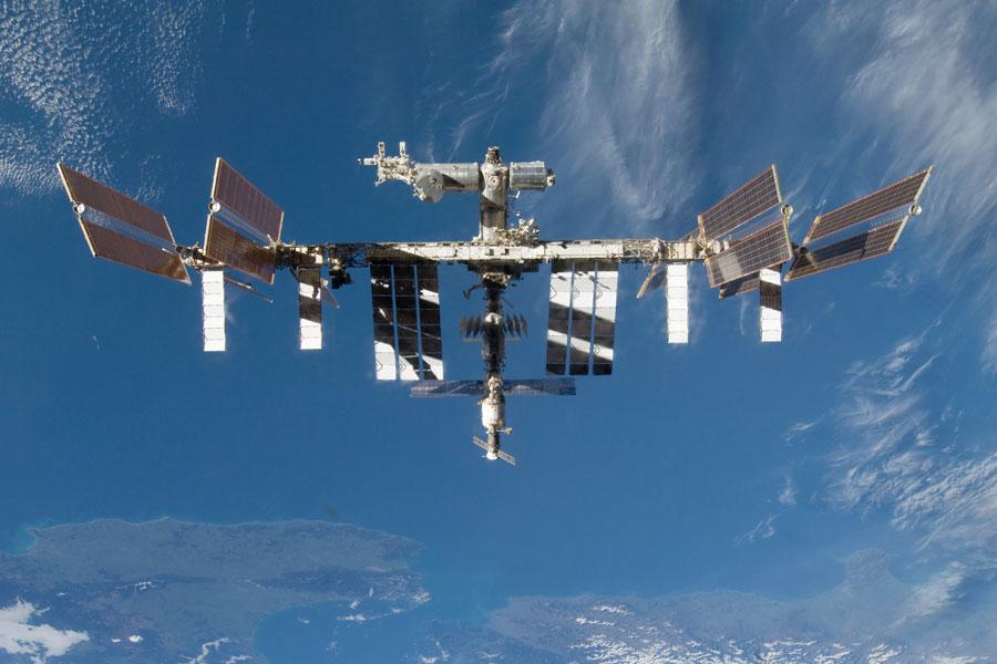 astronaut orbiting space station - photo #27