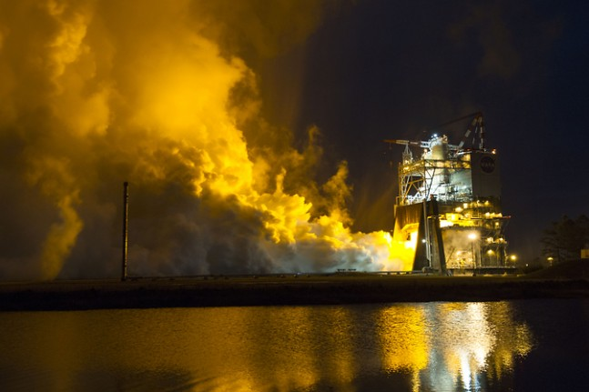 The RS-25 engine fires up for a 500-second test as seen on Spaceflight Insider