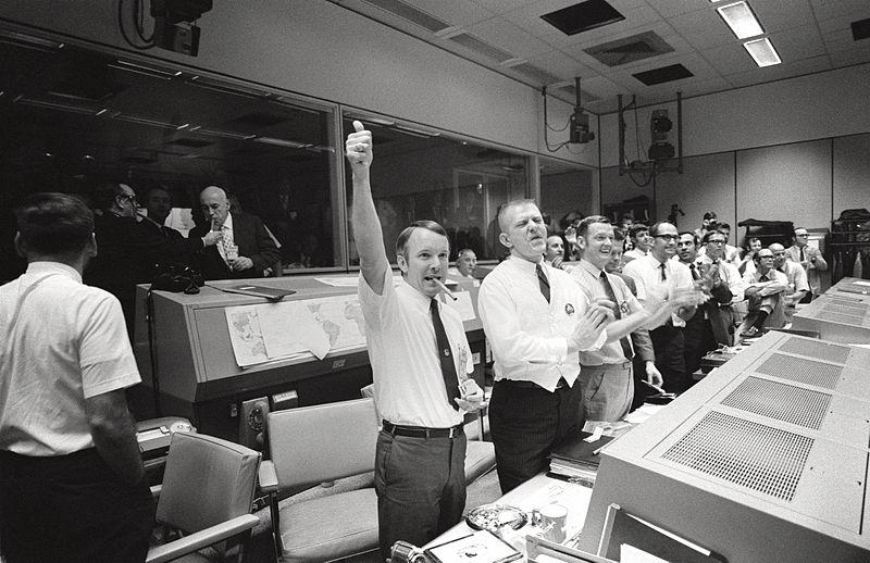 Mission_Control_Celebrates_-_GPN-2000-001313