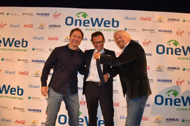 Greg Wyler, founder of OneWeb (left), Stéphane Israël, Chairman and CEO of Arianespace (center) and Richard Branson, founder of Virgin Galactic (right) at the contract signing on June 25, 2015 in London