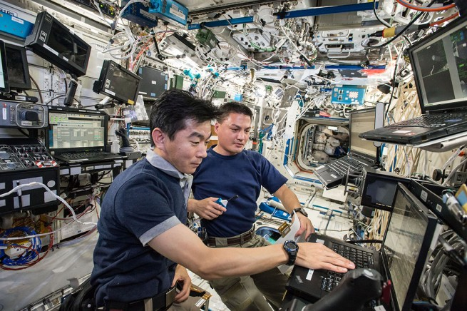 JAXA astronaut Kimiya Yui and NASA astronaut Kjell Lindgren undergo the SSRMS training for the robotic capture of the H-II Transfer Vehicle 5 (KOUNOTORI 5) on August 12, 2015. Photo Credit: NASA/JAXA