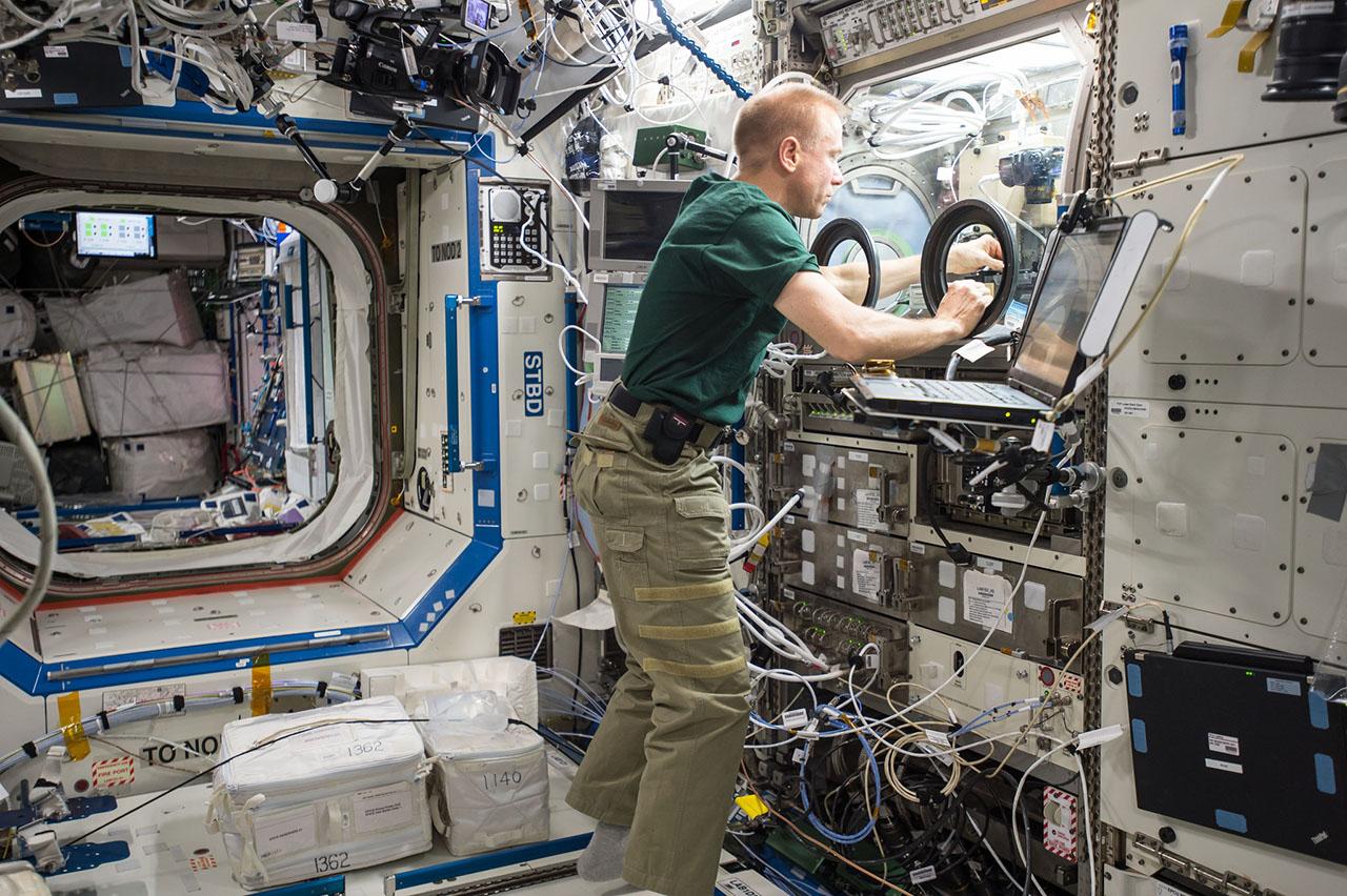 iss gets communications upgrade new crew preps for arrival spaceflight insider. Black Bedroom Furniture Sets. Home Design Ideas