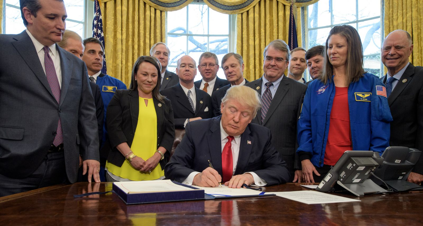 Donald Trump signs the NASA authorization act of 2017