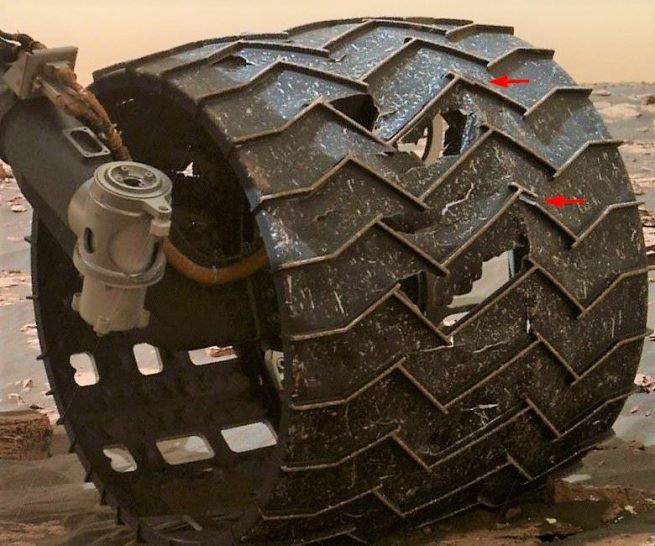 A close-up image (taken on Sol 1641) of the broken grousers on Curiosity's left-middle wheel