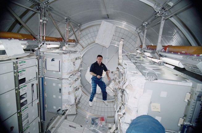 Cislunar habitat: Cosmonaut Yuri Gidzenko floats inside the repurposed Leonardo cargo module on the ISS, providing a sense of the module's internal volume.