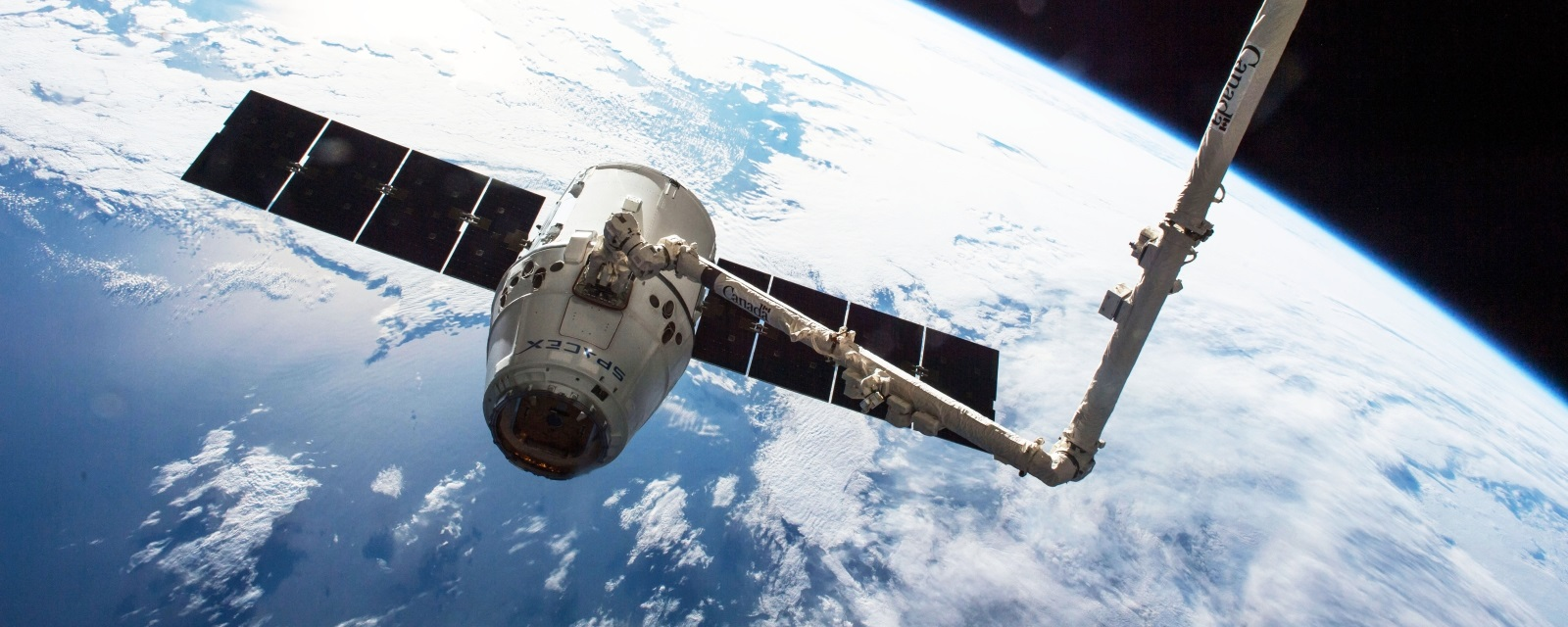 SpaceX Dragon capsule grappled by ISS Canadarm (2016-04-10)