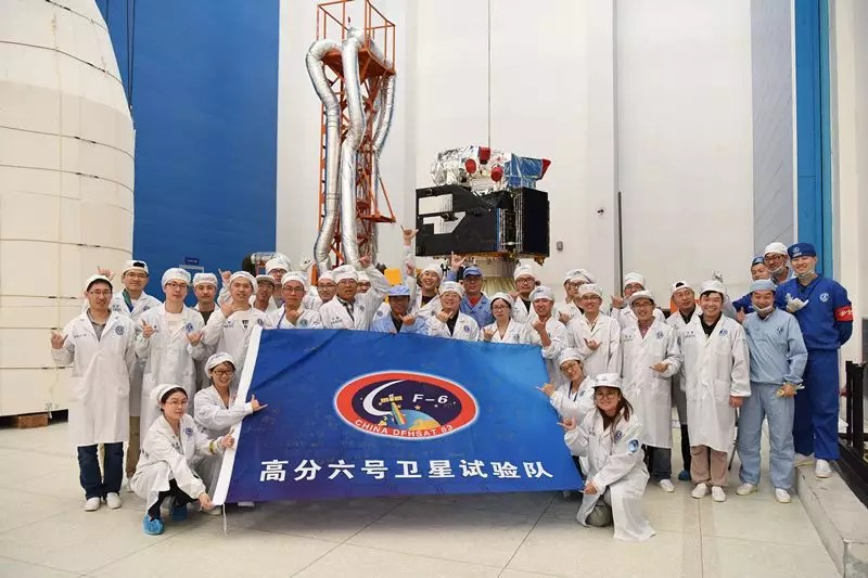 Chinese engineers posing in front of the Gaofen 6 satellite.