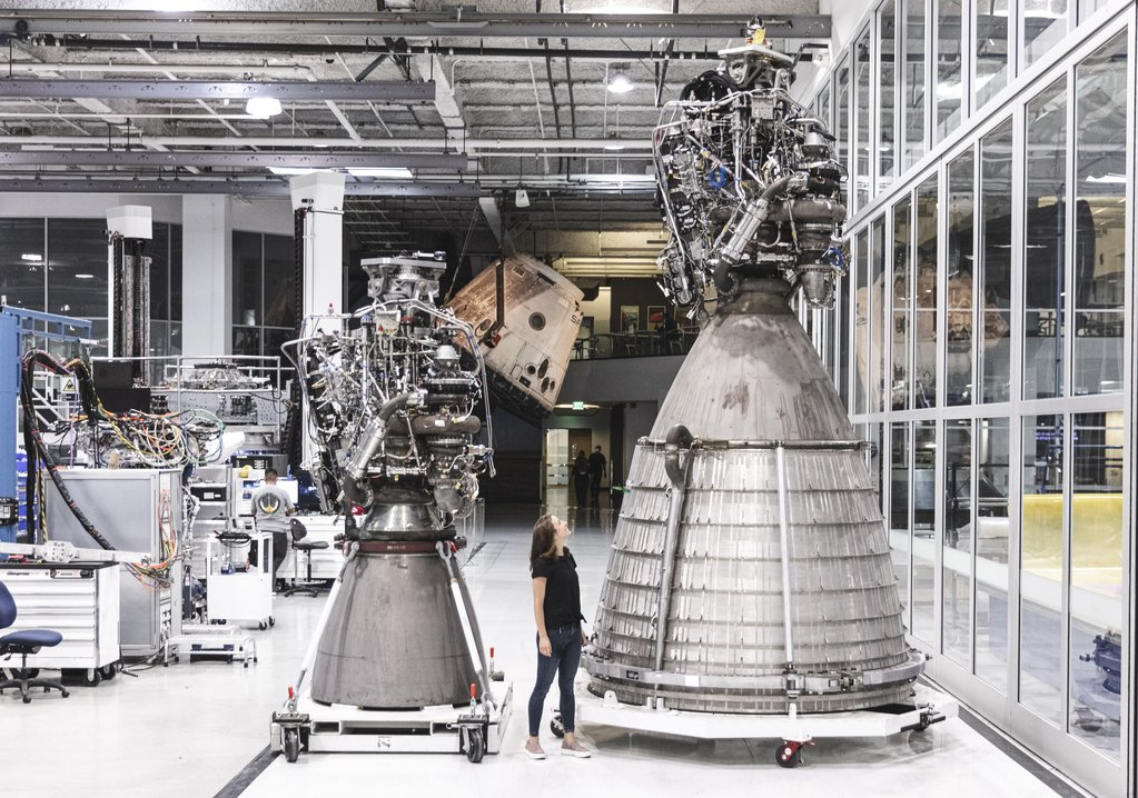 A size comparison of a sea level Raptor, left, and a Raptor Vacuum engine. Credit: SpaceX
