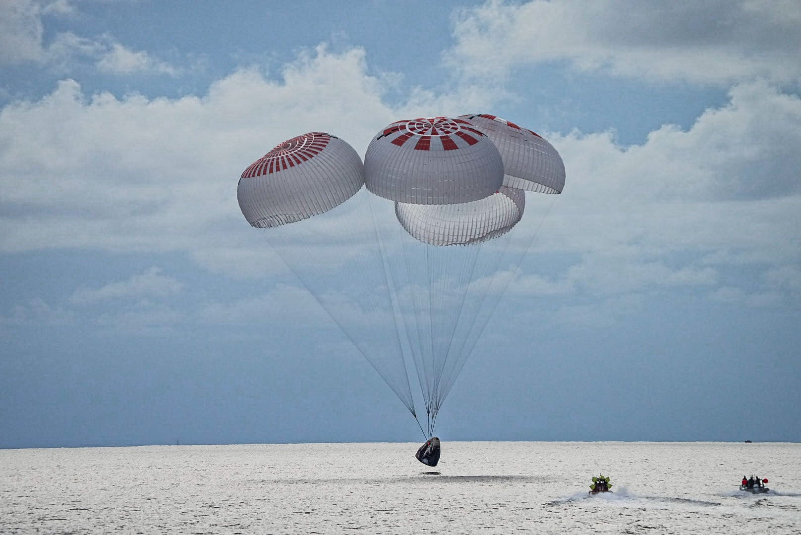 Crew Dragon Resilience splashes down with the Inspiraiton4 crew. Credit: SpaceX